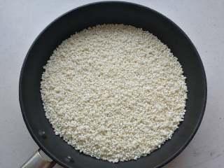 益智营养芝麻糊,糯米和粳米淘洗干净,控干水分,放入不沾锅中炒熟。水分一定要提前控干,糯米粘性大,很容易粘锅,最好用不粘锅操作。也可以放入烤箱中小火烤熟。
