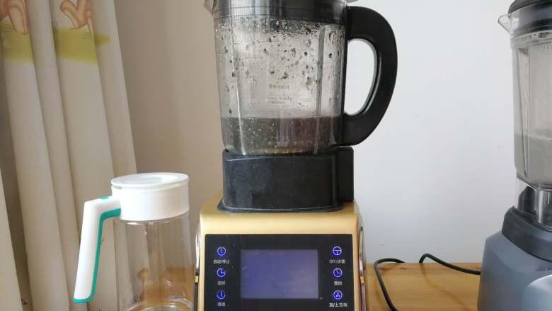 益智营养芝麻糊,同时用另一台机器也做了一份好做个对比,这台机器是慢慢升温的,搅打一会停一会。最后25秒才开始连续搅打。杯壁和刀头下均残留一下未被打碎的食物。