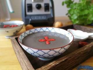 益智营养芝麻糊,需要炒熟的食材一次性可以多做一点,随吃随取很方便。没有破壁机用普通的料理机也可以,需要加热水,搅打的时间相应要长一点。