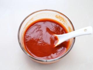 菠萝咕咾肉,把酱汁材料放入小碗中,混合搅拌均匀备用