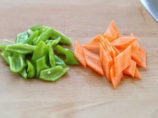 菠萝咕咾肉,青椒和胡萝卜分别洗净切斜片