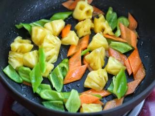 菠萝咕咾肉,锅中留少许底油,放入青椒、胡萝卜和菠萝炒出香味
