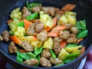 菠萝咕咾肉,再将炸好的肉块放入锅中混合翻炒均匀