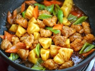 菠萝咕咾肉,倒入调好的酱汁,快速翻炒至食材裹满酱汁关火即可