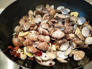 麻辣爆炒花蛤,马上放入花蛤,料酒,爆炒均匀。