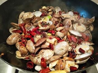 麻辣爆炒花蛤,加入一勺豆瓣酱炒均匀,加入2克盐,鸡精炒均匀即可出锅。
