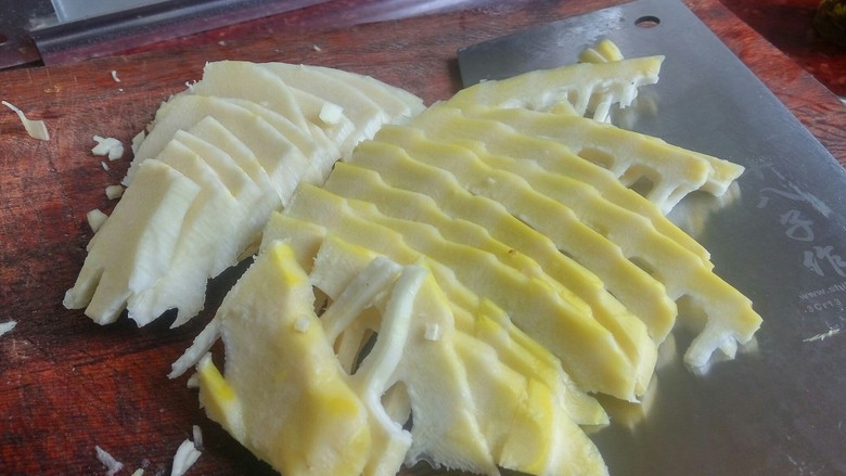 农家干菜油焖春笋,切笋。笋是粗纤维的,切时最好斜着切。顺切影响口感,横切易碎不成形。