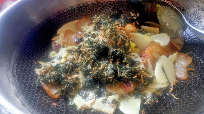 """农家干菜油焖春笋,再加入切好的干酸菜一起炒。笋子炒时吃油但不吸油,炒熟之后又会将油""""吐""""出来一部分,这个时候""""吸""""油的干菜就将多余的油脂全接收了。"""