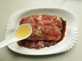 照烧猪排,处理过的猪排放入碗中,加入1/2茶匙白糖,少许胡椒粉,1茶匙生抽,2茶匙黄酒。