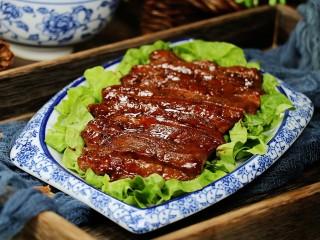 照烧猪排,然后切块放入铺了生菜的盘中,猪排非常美味。