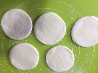 外脆内软的白吉馍,擀成如碗大小均匀的饼,不要太薄哦