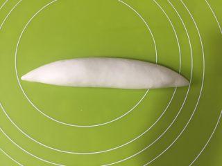外脆内软的白吉馍,每份揉一下,再擀成这样的两头细的形状