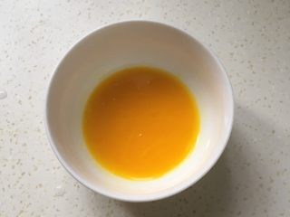 辅食计划+虾蓉玉米杂蔬羹,鸡蛋打入碗中,用勺子挖出蛋黄,把蛋黄打散备用。