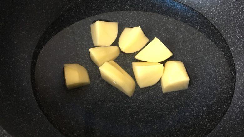 辅食计划+虾蓉玉米杂蔬羹,<a style='color:red;display:inline-block;' href='/shicai/ 23'>土豆</a>去皮切块放锅中煮熟。