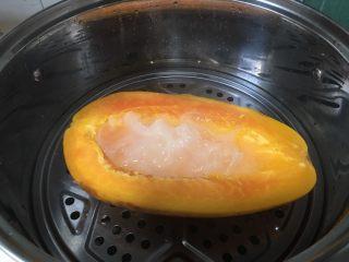 木瓜椰奶银耳汁,大火蒸至木瓜软熟,用筷子戳一下周边果肉是否熟透。