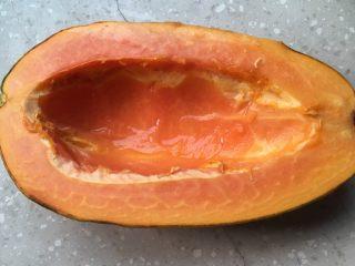木瓜椰奶银耳汁,木瓜切成两块、挖出果瓤。