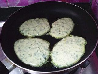 马兰头鸡蛋饼,烧热后舀适量面糊至锅中