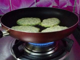 马兰头鸡蛋饼,开中小火慢慢煎制,待表面变色四周出现翘边后翻面