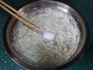 马兰头鸡蛋饼,加适量清水用筷子搅拌均匀、然后调1小勺食盐