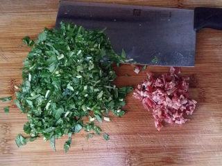 马兰头鸡蛋饼,取出马兰头沥干水分后与香肠一起切碎沫