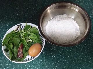 马兰头鸡蛋饼,备好食材,香肠单独用温水洗下备用