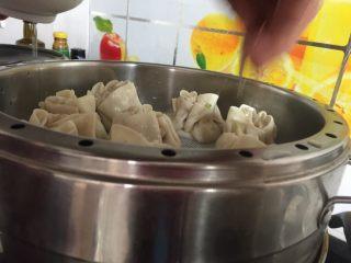 春笋鲜肉烧卖--上海特色,蒸的过程中每隔3-4分钟用手蘸水撒一点水哦,不要用喷雾瓶,水太小没用的,这样皮就不会干干的