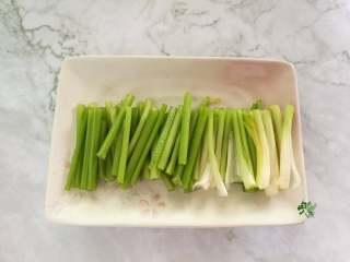 春日营养轻食之清爽拌云丝,芹菜切成段备用。