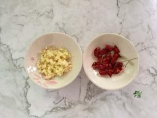 春日营养轻食之清爽拌云丝,干辣椒剪段,蒜头切末。