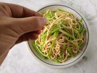 春日营养轻食之清爽拌云丝,将云丝,芹菜装盘撒上盐。