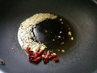 春日营养轻食之清爽拌云丝, 锅里放油,煸香花椒,捞出不要。再放入蒜末,辣椒煸香。