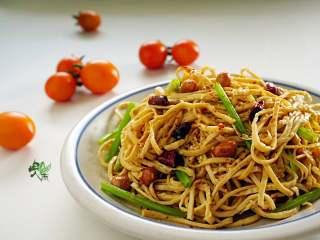 春日营养轻食之清爽拌云丝,春日渐渐燥热起来,很清爽开胃的小菜。
