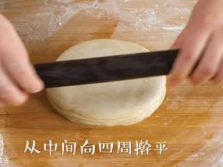 宝宝春饼12M+(宝宝辅食),用擀面杖压平,从中间到四周赶平