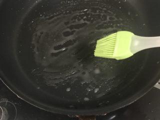 家庭版烙饼,锅上涂油酥,也可加入食用油