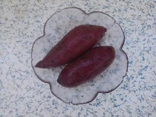 草莓紫薯球,先准备两个紫薯