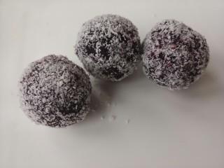 草莓紫薯球,都沾上椰蓉即可