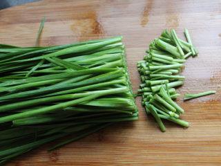 肉沫韭菜,韭菜切去根部,根部是韭菜农药残留最多的地方。