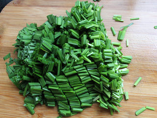 肉沫韭菜,韭菜切成小段。