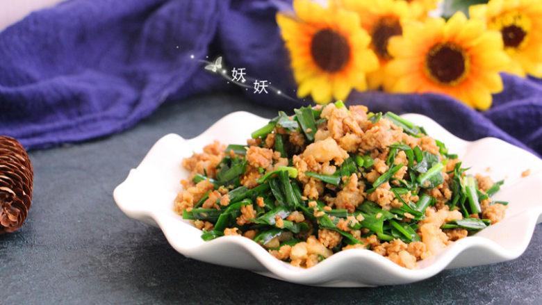 肉沫韭菜,韭菜翻炒至变色,可以尝下味道再添加少许盐即可出锅。