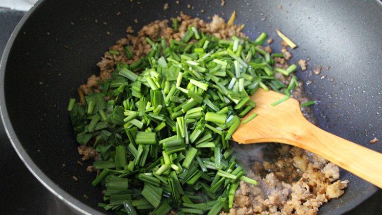 肉沫韭菜,待肉沫炒炒熟,香味出来,倒韭菜下去翻炒。