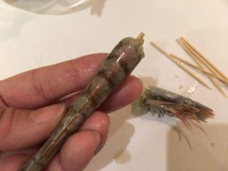 握寿司套餐,再用牙签由头至尾的贯穿虾背,撑直虾子