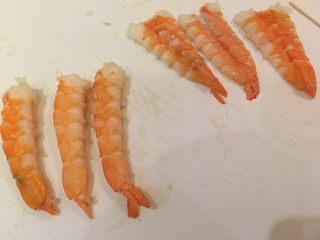 握寿司套餐,剥虾壳时记得保留尾部的肉哦!剥好切开备用。