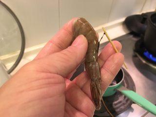 握寿司套餐,尾部数起第3节,用牙签挑出虾肠!