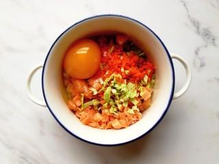 卷心菜三文鱼米饼,将蔬菜、三文鱼和鸡蛋放入碗内搅拌均匀