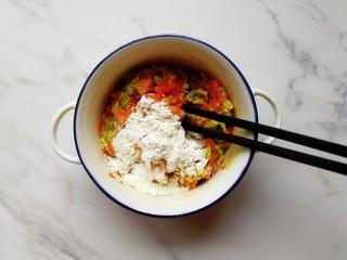 卷心菜三文鱼米饼,舀入一勺面粉搅拌均匀(面粉不需要太多,会影响口感)