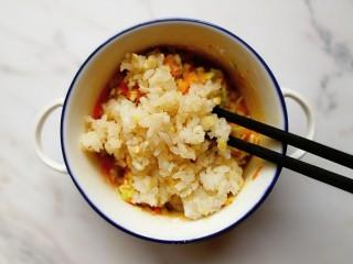 卷心菜三文鱼米饼,加入半碗熟米饭搅拌均匀