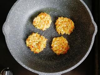 卷心菜三文鱼米饼,不粘锅刷一层油,小火烧热后,舀入米饭糊,用勺子压平