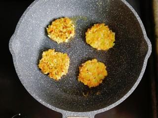 卷心菜三文鱼米饼,小火慢煎至两面微黄即可