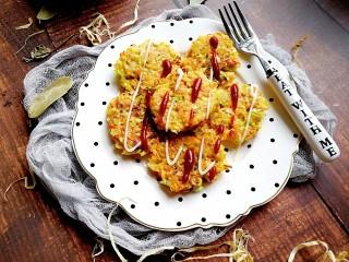 卷心菜三文鱼米饼,摆盘,挤上一点沙拉酱和番茄酱