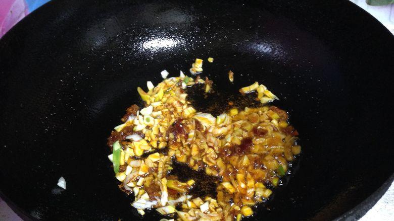 墨斗鱼炒春韮, 下入葱、姜、蒜,炒出香味