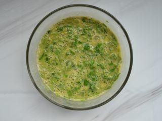 香椿炒鸡蛋,用筷子搅拌均匀